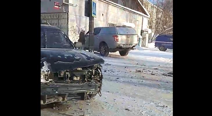 В Сыктывкаре внедорожник столкнулся с легковушкой и вылетел на тротуар (видео)