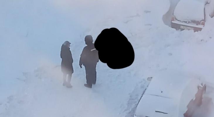 В Коми во дворе дома обнаружили тело женщины