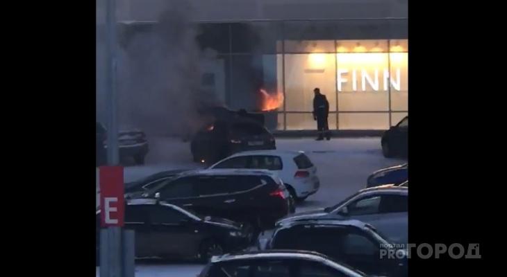 Возле известного сыктывкарского ТРЦ полыхало авто