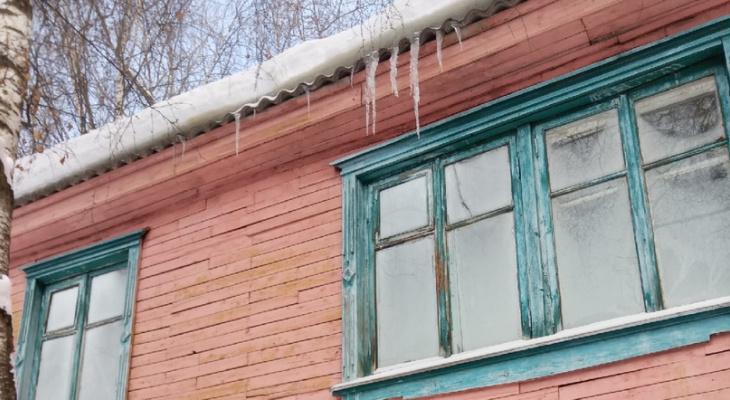 Плесень на окнах и печное отопление: сыктывкарцы мерзнут в доме почти в центре города
