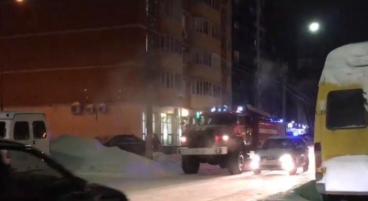 В Сыктывкаре оцепили банк в многоэтажке (видео)