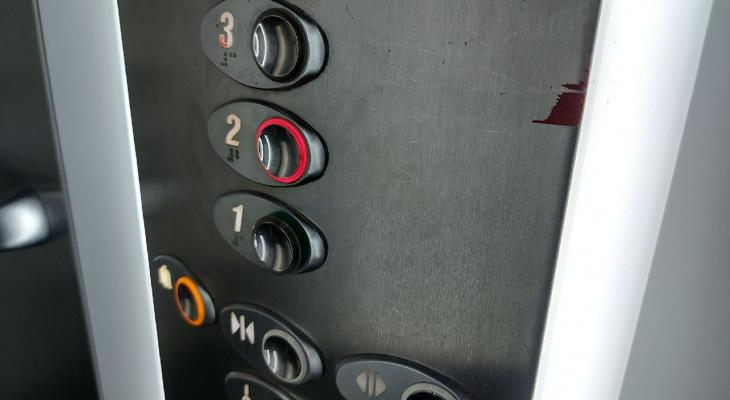 «Даже врачи отказываются подниматься»: в сыктывкарском доме полтора месяца не запускают исправный лифт