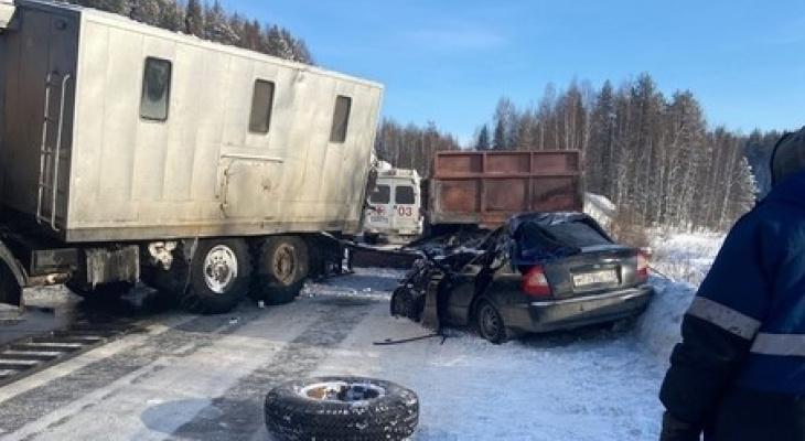 В Коми КамАЗ протаранил «Хендэ» и грейдер: пострадали четверо