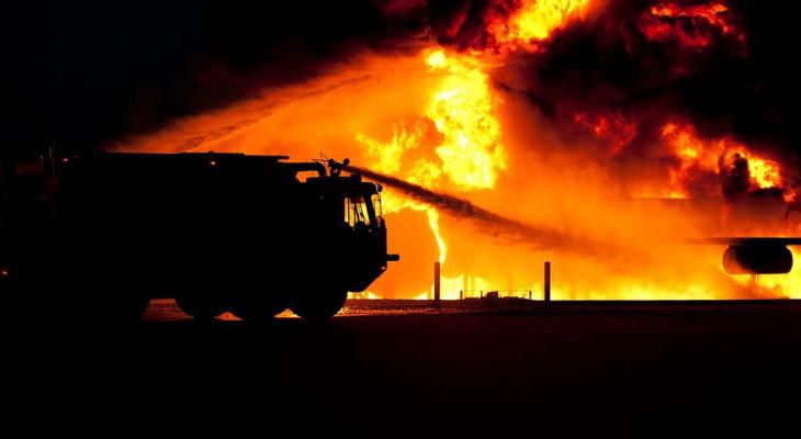 Житель коми села получил ожоги, пытаясь вывезти из пожара трактор