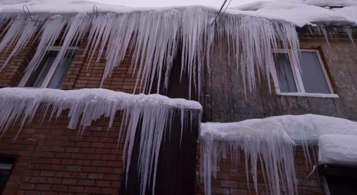 План действий для сыктывкарцев: как получить деньги за ущерб, если на вас упала глыба льда или снега