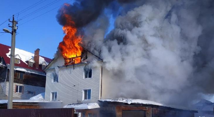 В Сыктывкаре полыхает жилой дом (фото)