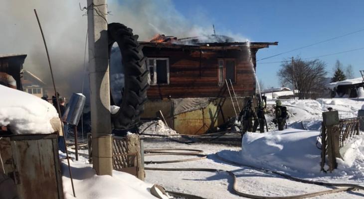 Появились фотографии со смертельного пожара в сыктывкарском Заречье