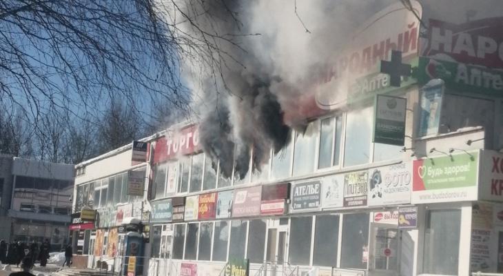 В Сыктывкаре полыхает ТЦ «Народный»