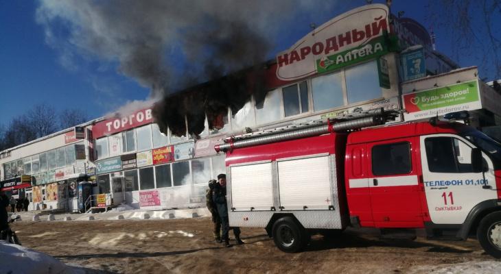 На пожаре в ТЦ «Народный» в Сыктывкаре спасли двух человек