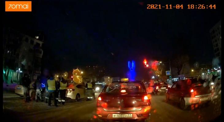 Около десятка полицейских с мигалками пытались вскрыть «Мазду» в центре Сыктывкара