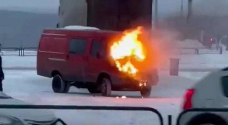 В Сыктывкаре возле торгового центра загорелась машина