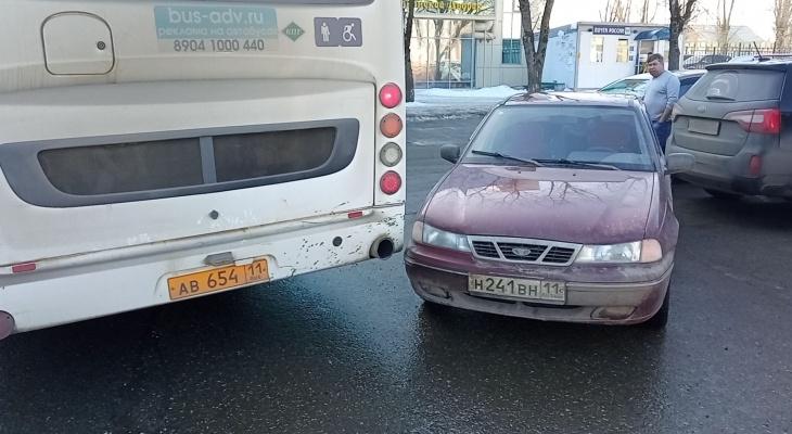 Прибытие чиновников спровоцировало ДТП с автобусом на железнодорожном вокзале в Сыктывкаре