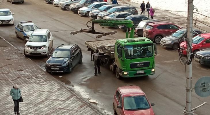 В Сыктывкаре возле академии госслужбы эвакуируют автомобили