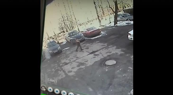 В Коми парень с арматурой ни за что избил прохожего