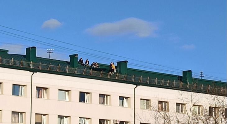 Сыктывкарцы заметили детей, которые сидели на крыше многоэтажки в центре города