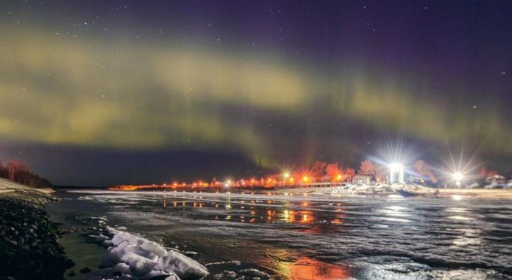 Фото дня: желтые сполохи озарили ночное небо над Сыктывкаром
