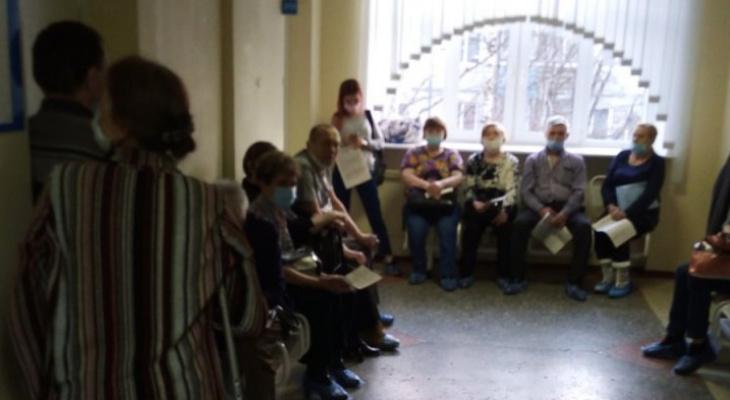 Сыктывкарцы часами ждут вакцинации в поликлинике, хотя записывались за несколько недель