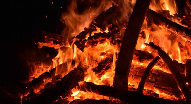 В Коми 40 минут тушили баню, которую кто-то поджег