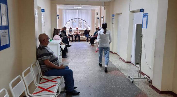 В Минздраве Коми объяснили, почему в поликлинике №3 образовались очереди на вакцинацию