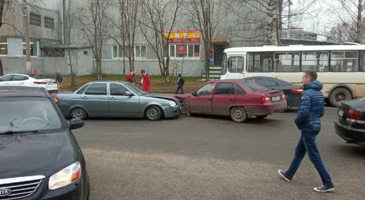 В Сыктывкаре возле бассейна столкнулись два автомобиля
