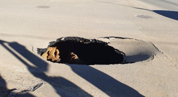 Прямиком в ад: на перекрестке в Сыктывкаре образовалась огромная яма в тротуаре