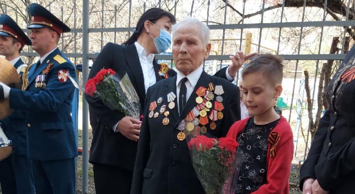 Мэр Сыктывкара поздравила ветеранов с оркестром
