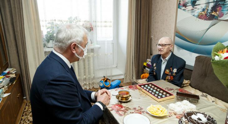 Владимир Уйба лично поздравил ветеранов с Днем Победы