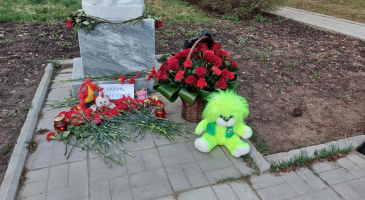 Сыктывкарцы организовали стихийный мемориал у школы №12: здесь пылает живой огонь