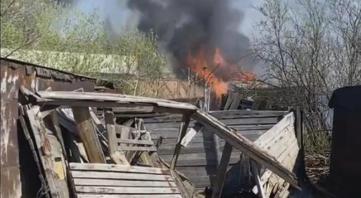 В Сыктывкаре за вокзалом полыхали гаражи