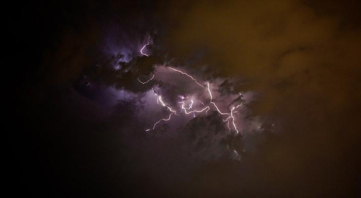 Мощный ветер и гроза: в одном из районов Коми объявлено штормовое предупреждение