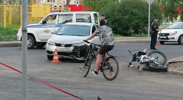 В Сыктывкаре машина сбила мотоциклиста без шлема: у него множественные переломы и травмы