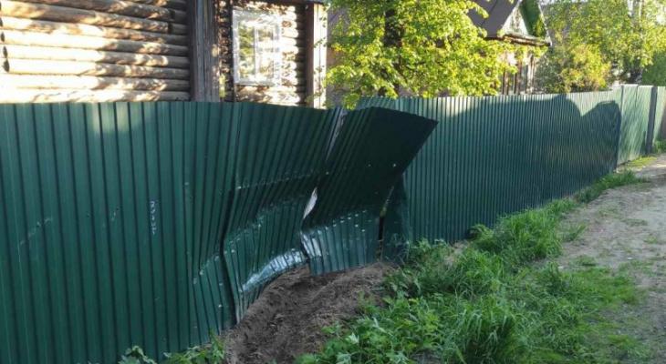 В Сыктывкаре водитель протаранил забор и скрылся