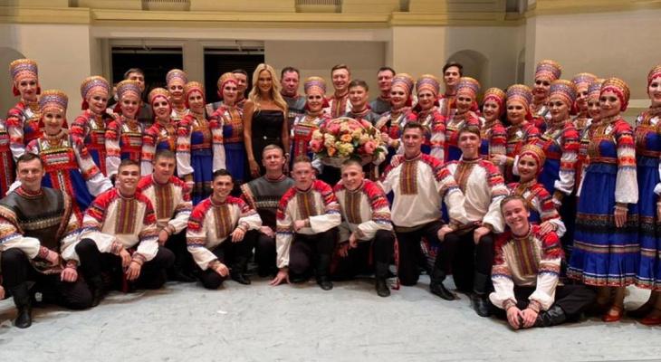 Виктория Лопырева подарила артистам из Сыктывкара цветы и пригласила на фестиваль российской культуры в Дубае