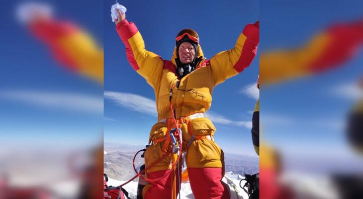 Сыктывкарец покорил высочайшую вершину Земли и поднял на нее флаги Коми и Беларуси