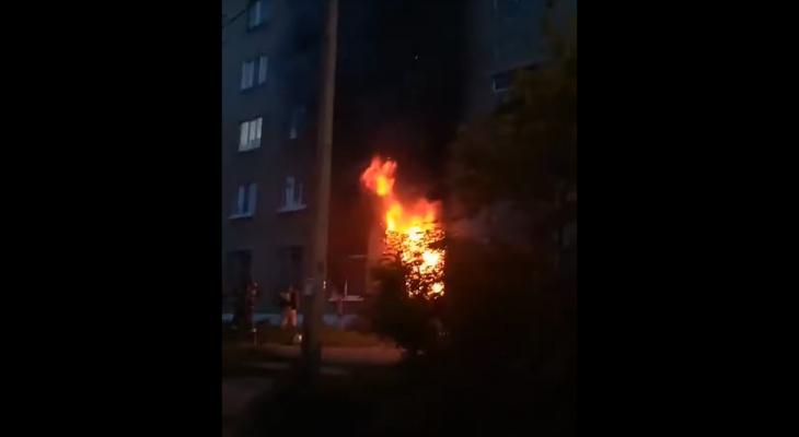 В Сыктывкаре полыхала квартира в жилом доме (видео)