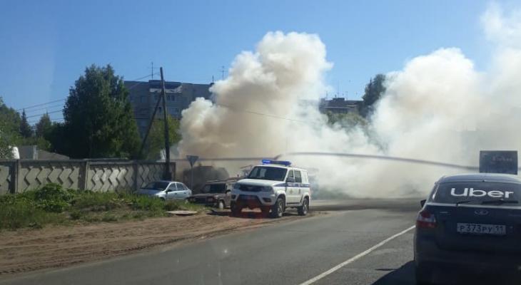 Утром в Сыктывкаре горел мусоровоз (фото)
