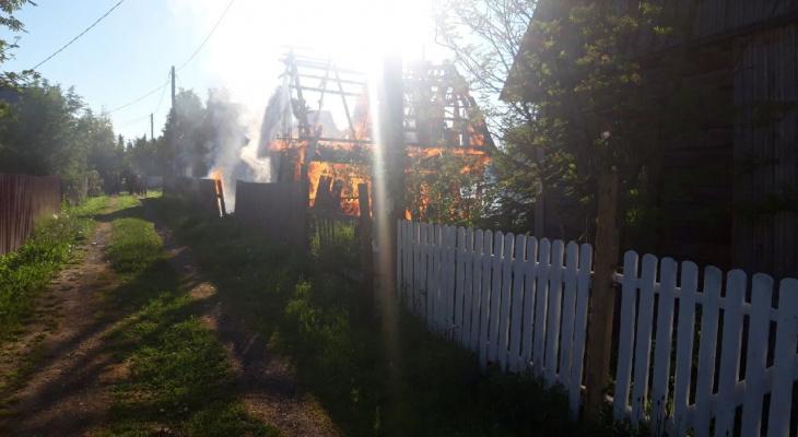 На дачах под Сыктывкаром загорелся дом