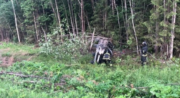 Водитель попал в аварию на трассе в Коми и бросил пострадавшую пассажирку