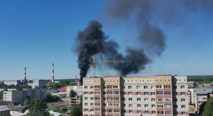 В Сыктывкаре заметили пожар: столб чёрного дыма поднимается к небу