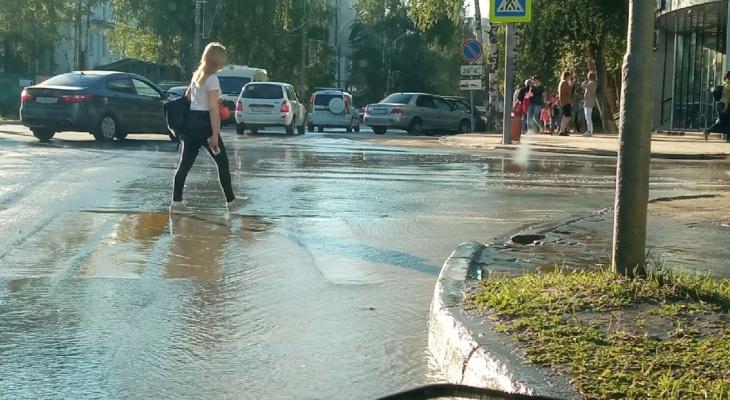 Из-за прорыва канализации в центре Сыктывкара затопило улицу