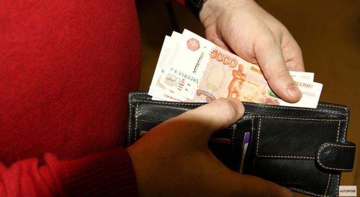 Минтруд разъяснил условия получения выплат на школьников