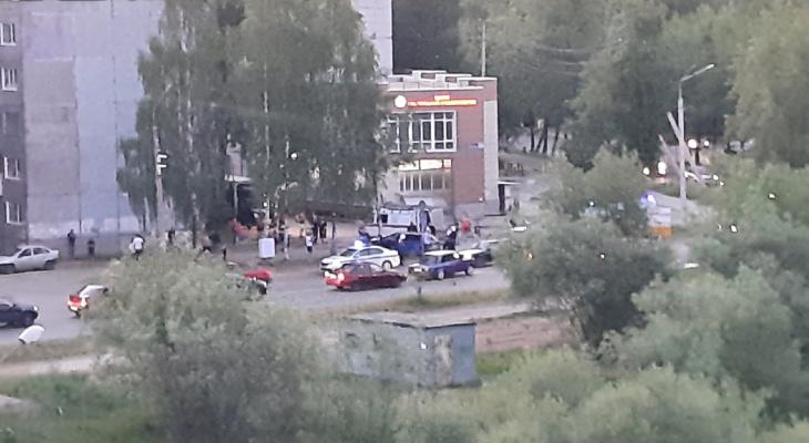 Сыктывкарец: «Столкнулись две машины, одна из них вылетела на пешеходную дорожку»