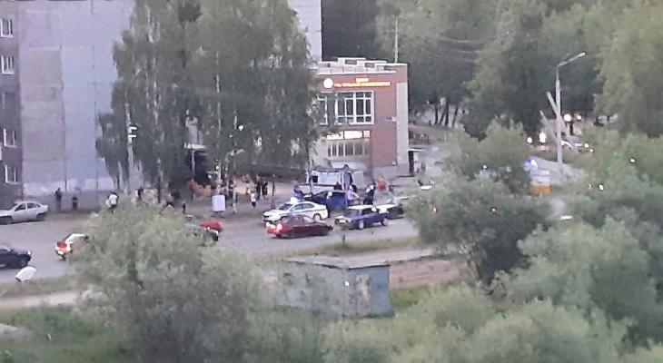 Появились подробности аварии, в которой водитель вылетел на тротуар
