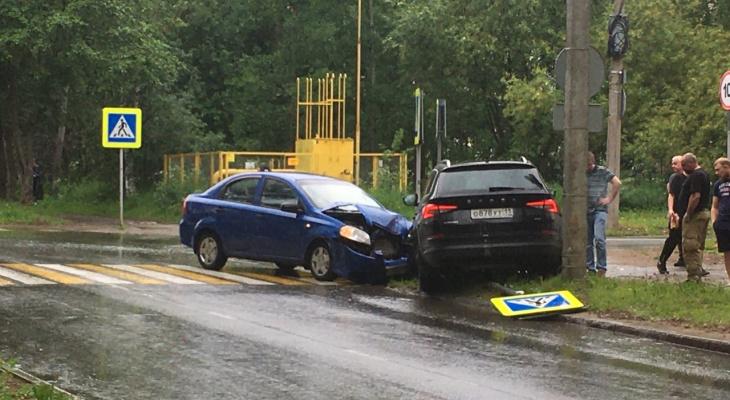 В Сыктывкаре столкнулись две машины: одну из них выбросило на тротуар