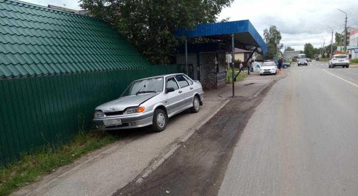 В Выльгорте водитель сбил женщину и влетел в автобусную остановку