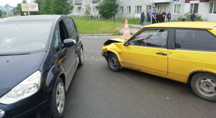 В Сыктывкаре «Форд» не уступил дорогу «восьмерке», пострадал ребенок