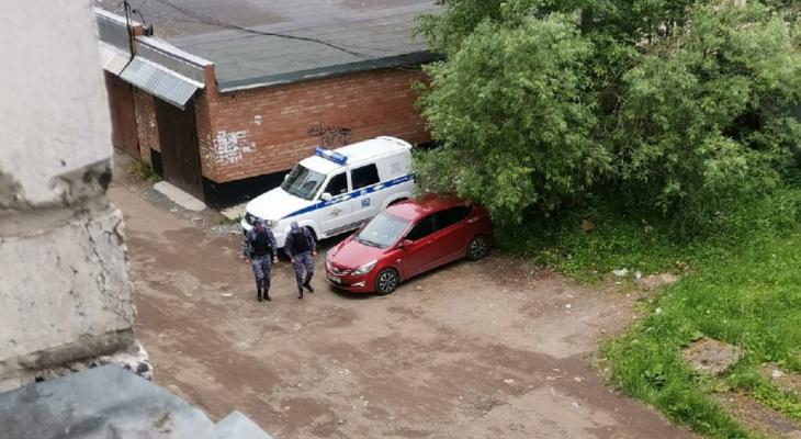 «Мы будто опасные преступники»: сыктывкарское общежитие оцепила полиция