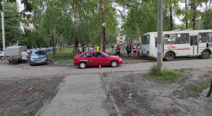 В Сыктывкаре ребенок выбежал на дорогу и угодил под машину