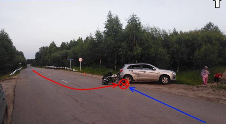В Сыктывкаре подростки на мопеде врезались в автомобиль