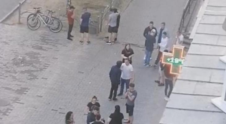 «Двух мужчин жестко избили пьянчуги»: сыктывкарцы жалуются на постоянные «гладиаторские бои» возле бара (видео)